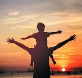 padre-e-figlio-sulla-spiaggia-di-tramonto-59130933~2.jpg